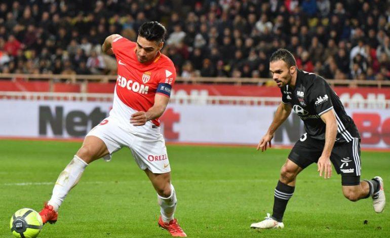 Falcao anota en la victoria 3-2 del Mónaco sobre el Lyon y se retira lesionado