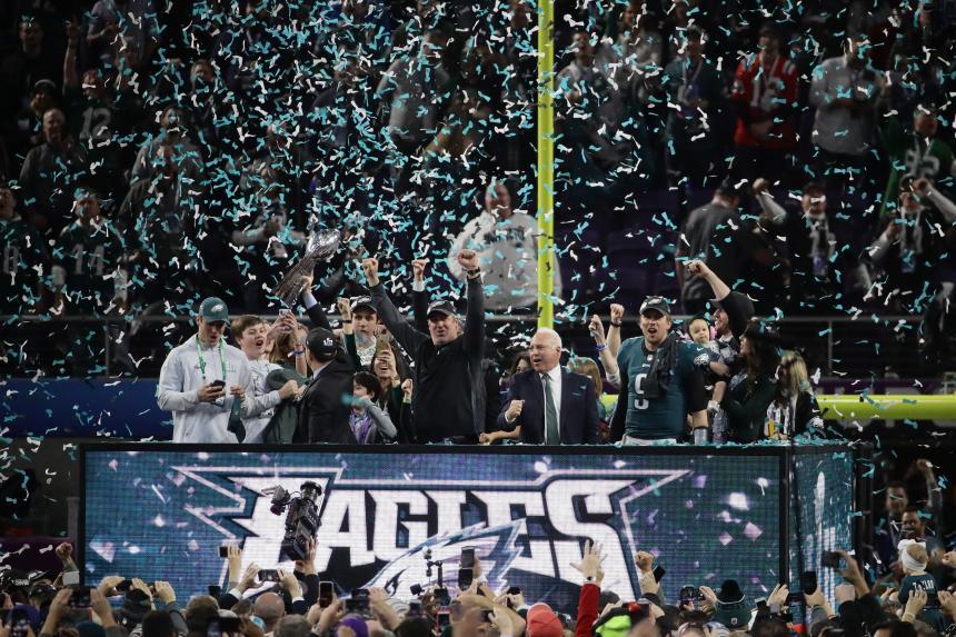 Filadelfia Eagles destrona a New England Patriots 41-33 en el Super Bowl